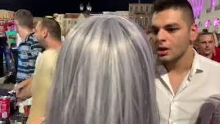 Marijana i Adam se grle i ljube na žurki