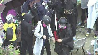 Hong Kong, i manifestanti sparano frecce contro polizia: agente ferito ad un polpaccio