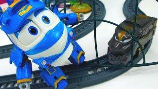 Роботи поїзда ловлять паровозика Дюка. Іграшки для дітей