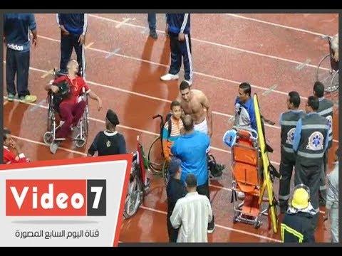 رامى ربيعة يقبل رأس أحد ذوى الاحتياجات الخاصة ويلتقط صور معهم  - 00:21-2017 / 10 / 23