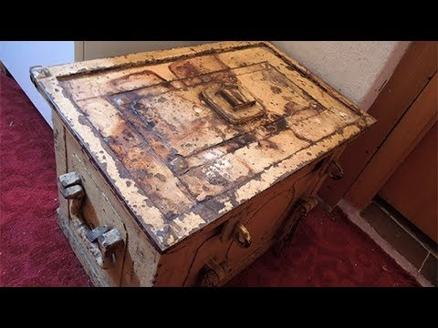 A Woman Inherited This Old Safe From Her Great Aunt And What She Found Inside Is Stunning