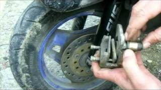 Как заменить передние тормозные колодки дискового тормоза на скутере Honda dio
