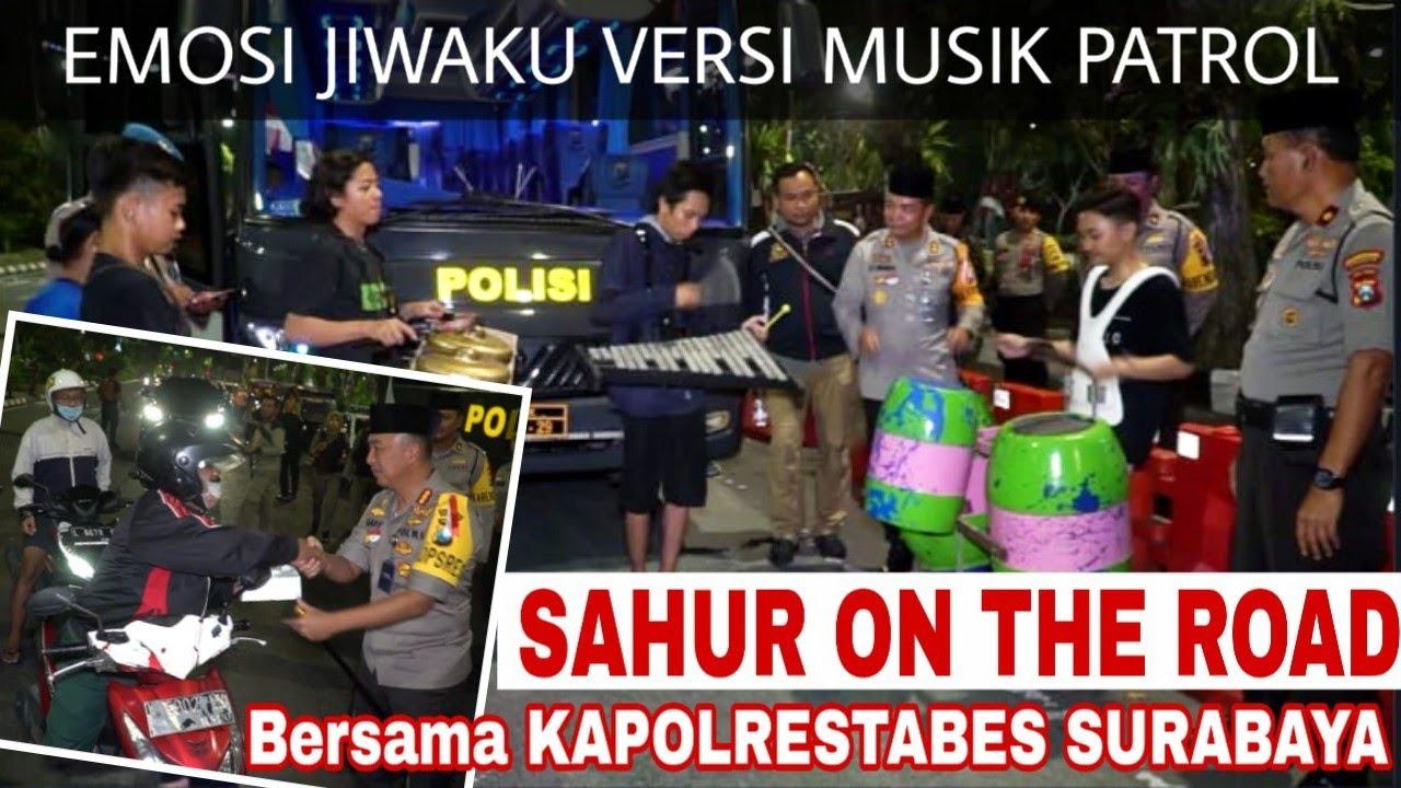 Prei kanan kiri Pengamen kreatif Taman Bungkul Surabaya