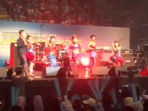DEVI COLABORATION  DANCE AT KONSER UNGU BAND