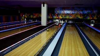 Девочки выбили все кегли в боулинге Girls knocked all the pins in bowling