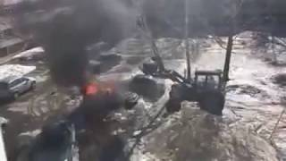 Трактор тушит горящий автомобиль
