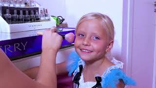 Девочка играет в салон красоты для принцесс / Сказки для Евы
