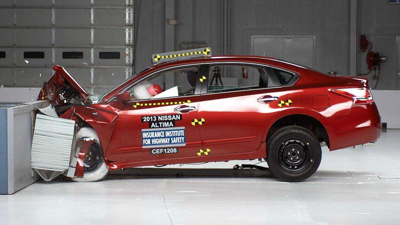 2013 Nissan Altima Moderate Overlap IIHS Crash Test