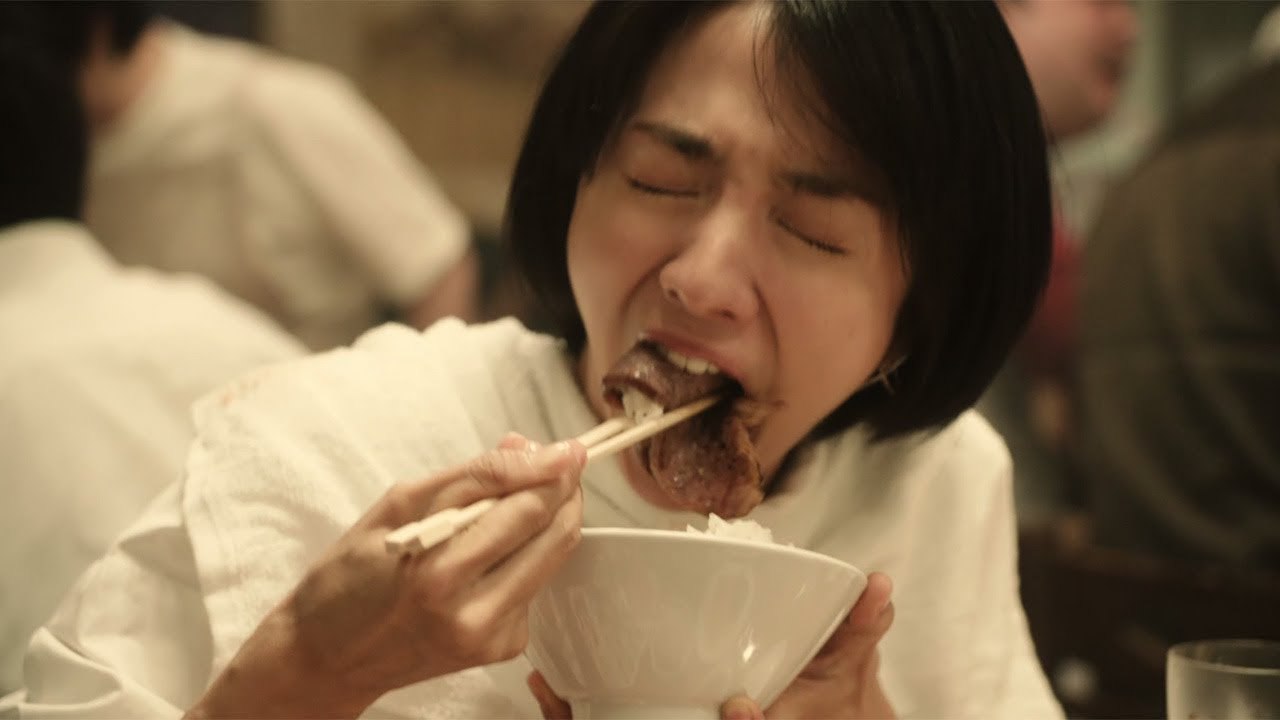 焼き肉を食べる満島ひかりさん
