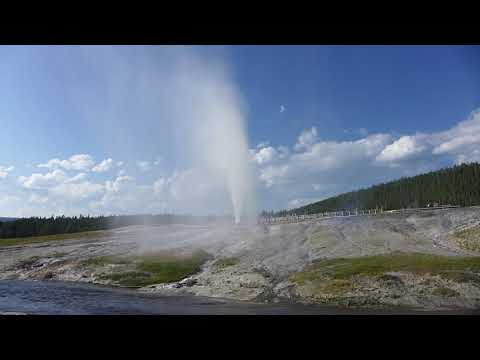 Yellowstone National Park - Beehive Geyser Erupting (2018)