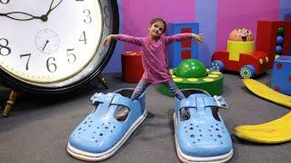 العاب عملاقة | طفل مضحك يلعب في ملعب داخلي مع ألعاب عملاقة للأطفال | بيت الأحلام السحري العملاق