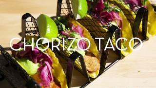 Chorizo taco i m/maiskrem, grønn salsa og syltet rødkål/løk