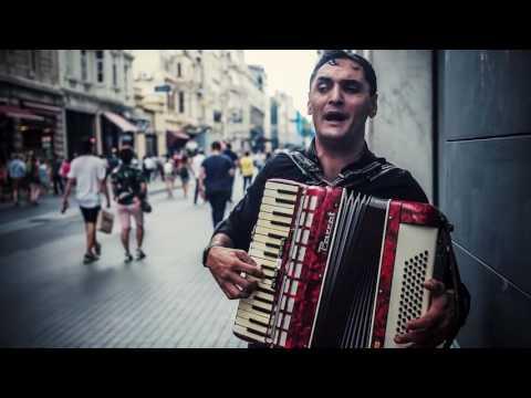 آکاردئون نوازی خیره کننده و صدای سحرآمیز یک رومانیایی معلول و رقص بسیار زیبای یک رهگذر _ استانبول