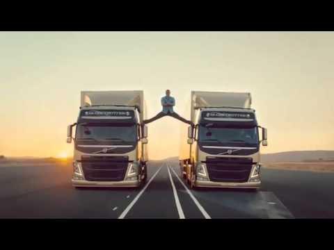 Жан Клод Ван дам шпагат на грузовиках.