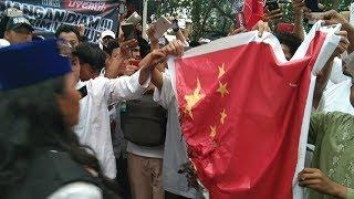 Sebelum Membubarkan Diri, Massa Aksi Bela Muslim Uighur Bakar Spanduk Bendera Cina di Depan Kedubes