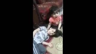 مروع جدا طفل يمزح مع اخته الصغيرة على انه مات