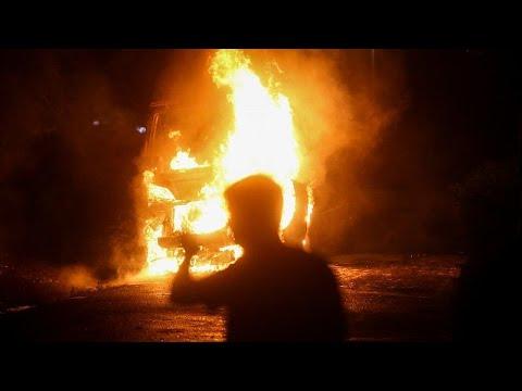 شاهد: متظاهرون صرب يحرقون سيارة شرطة احتجاجا على فرض حظر تجول بسبب كورونا…  - 20:59-2020 / 7 / 8
