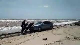 Потоп в Кирилловке. Спасатели помогают вытащить технику