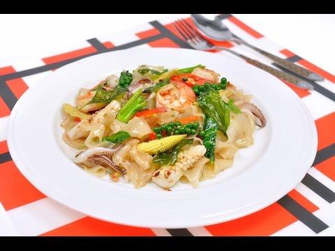 เส้นใหญ่ผัดขี้เมาทะเล Stir Fried Spicy Noodle with Seafood
