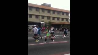 ピンクの女性走者の隣で走っていました.