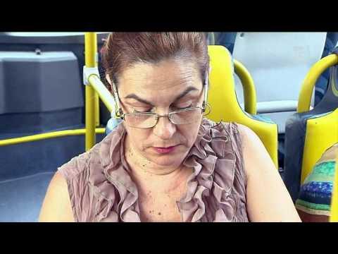 Cobrador de ônibus avisa passageiros por celular