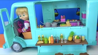 Maşa dondurma arabasını sürüyor. Koca ayı ile birlikte Maşa Apple White bebeğine dondurma satıyor.