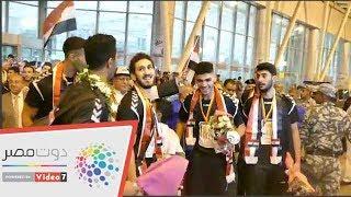 أبطال العالم لليد يلقون الورود على الجماهير فور خروجهم من المطار