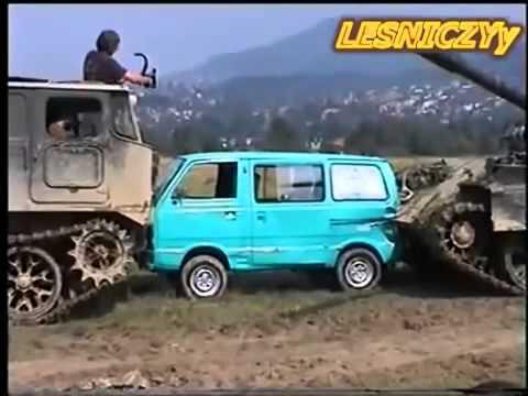 Arabaları ezen ve büzen tank