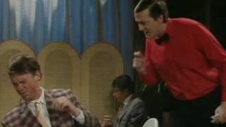 Шоу Фрая и Лори. Ужасный запах