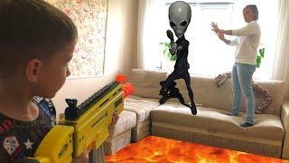 Nerf Game alien vs Bogdan, the floor of the lava Mom trapped Нерф Игры Мама в Ловушке