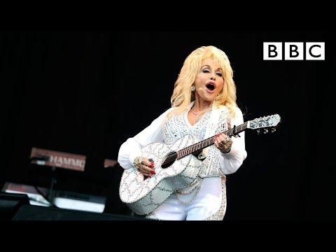 Dolly Parton performs Jolene at Glastonbury - BBC