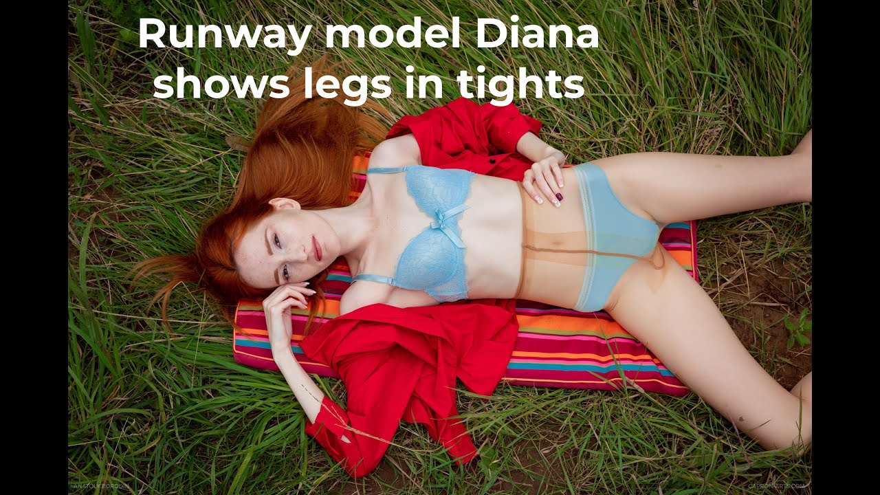 Runway model Diana shows legs in CdR tights 2020-08(1)