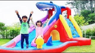 Yuni and Mini pretend play with Inflatable water slide 할아버지가 집에서 만들어 준 워터슬라이드? 에어바운스 워터 슬라이드 놀이 로미유