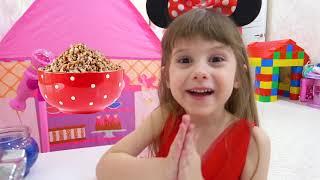 Los niños organizaron una divertida competencia infantil con juguetes y dulces.