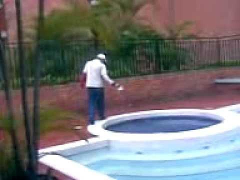 Echando cloro a piscina youtube for Cloro nelle piscine