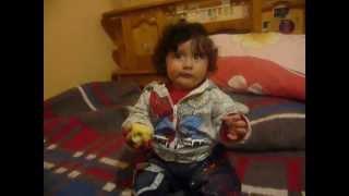 Niño comiendo manzana, como mirar television