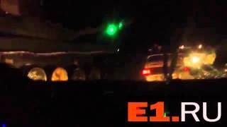 Новое происшествие с танком в Нижнем Тагиле: легковушка не успела проскочить на красный и была смята(Новое происшествие http://www.e1.ru/news/spool/news_id-401944.html с участием танка произошло в Нижнем Тагиле. На видеозаписи..., 2014-02-27T03:57:54.000Z)