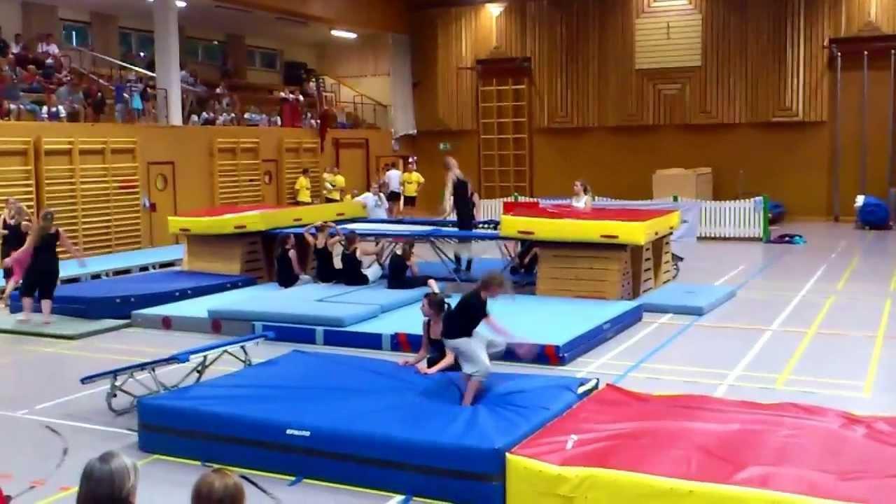 gro es trampolin kinderturnen youtube. Black Bedroom Furniture Sets. Home Design Ideas