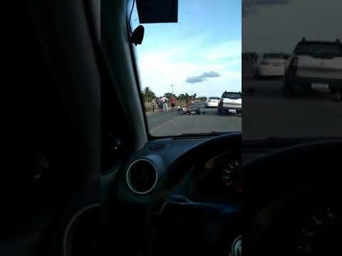 Carro bateu em moto e em seguida passou por cima do condutor.