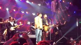 Justin Timberlake and Garth Brooks sing 'Friends in Low Places'