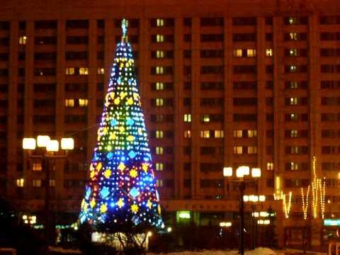 елка у метро октябрьская