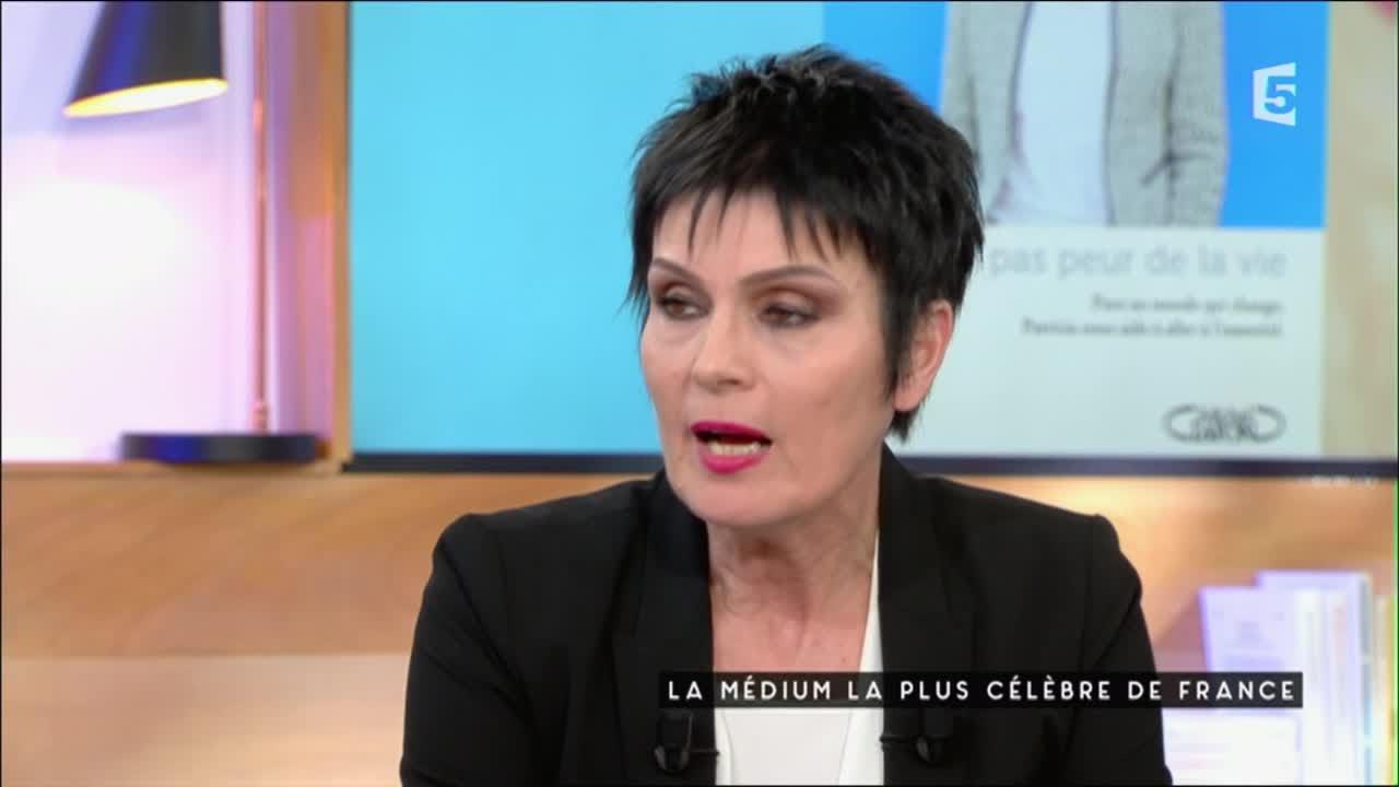 La médium la plus célèbre de France - C à Vous - 27/04/2016