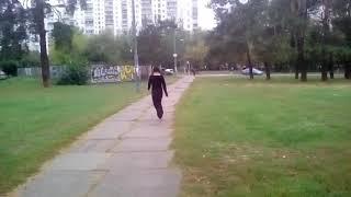 Пьяная девка пытается вернутся домой