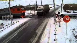 Straszny wypadek dwa pociągi rozrywają ciężarowkę w Rosji