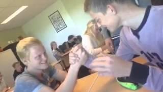 Man breekt arm tijdens armpje drukken
