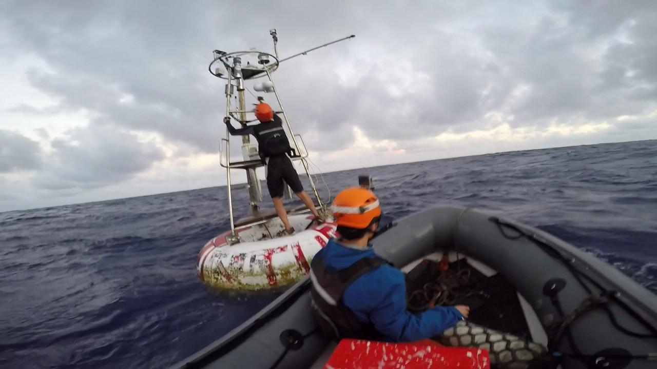 2016年海研一號研究船回收臺大海氣象自動觀測浮標 - YouTube