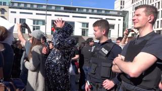Всемирный бой подушками в Берлине(2 апреля 2016 года в Берлине перед Бранденбургскими воротами состоялся бой подушками, в рамках мировой акции,..., 2016-04-02T18:56:28.000Z)