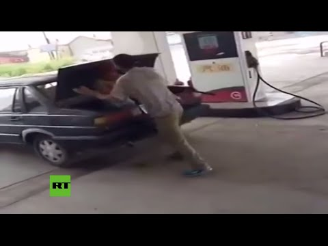 Un hombre golpea a su esposa y la mete en el baúl de su coche en estación de servicio