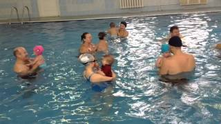 Плавание грудничков - групповое упражнение в бассейне с профессиональным тренером.(Групповые занятия в бассейне очень полезные для развития детей. Детям весело и интересно. Дети привыкают..., 2015-11-22T19:38:31.000Z)