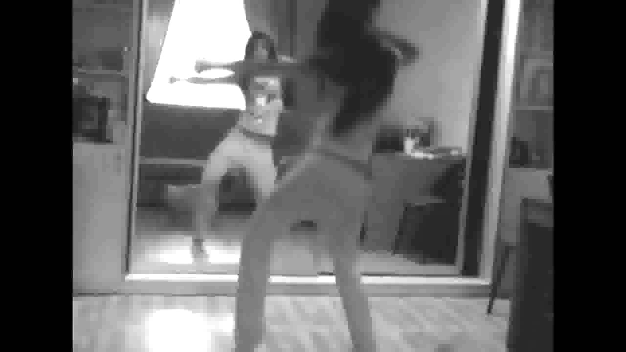 golaya-devushka-tantsuet-pered-zerkalom